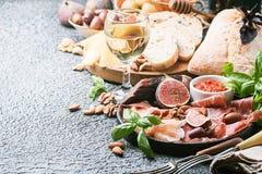 Ιταλικά πρόχειρα φαγητά κρασιού antipasti καθορισμένα Στοκ Εικόνες