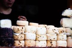 Ιταλικά υγιή χειροτεχνικά τυριά που επιδεικνύονται σε ένα κατάστημα οδών στοκ φωτογραφίες με δικαίωμα ελεύθερης χρήσης