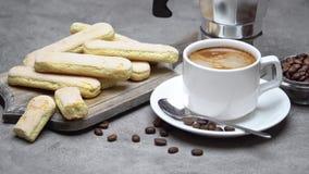 Ιταλικά ladyfingers Savoiardi μπισκότα και φλιτζάνι του καφέ στο συγκεκριμένο backgound απόθεμα βίντεο