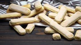 Ιταλικά ladyfingers Savoiardi μπισκότα στο ξύλινο backgound φιλμ μικρού μήκους