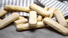 Ιταλικά ladyfingers Savoiardi μπισκότα στο συγκεκριμένο υπόβαθρο φιλμ μικρού μήκους