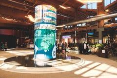 Ιταλικές επιχειρήσεις τροφίμων προθηκών παγκόσμιου Fabbrica Italiana Contadina κεντρικού Fico Eataly επισκεπτών στοκ εικόνες