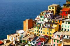 Ιταλικές ζωηρόχρωμες κατοικίες και Μεσόγειος Riomaggiore Στοκ Εικόνες