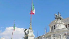 Ιταλικές σημαίες που χτυπούν κοντά στο μνημείο Patria della Altare στη Ρώμη, πανόραμα απόθεμα βίντεο