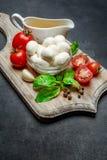 Ιταλικές τυρί και ντομάτες μοτσαρελών Σαλάτα Caprese ingridients στοκ εικόνες με δικαίωμα ελεύθερης χρήσης