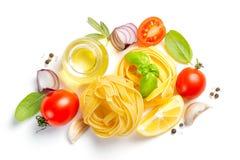 Ιταλική έννοια κουζίνας - ακατέργαστα ζυμαρικά και συστατικά στοκ φωτογραφίες