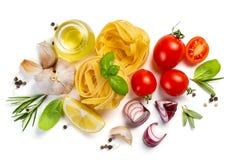 Ιταλική έννοια κουζίνας - ακατέργαστα ζυμαρικά και συστατικά στοκ εικόνα