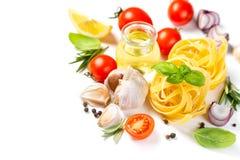 Ιταλική έννοια κουζίνας - ακατέργαστα ζυμαρικά και συστατικά στοκ φωτογραφία