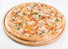 Ιταλική έννοια κουζινών και μαγειρέματος Καυτός νόστιμος που τεμαχίζεται με το ζαμπόν, λουκάνικο, jalapenos, μανιτάρια, ντομάτα Φ στοκ εικόνα