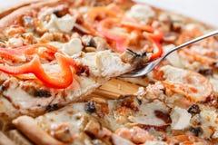 Ιταλική έννοια κουζινών και μαγειρέματος Καυτός νόστιμος που τεμαχίζεται με το σολομό, χέλι, θαλασσινά, ντομάτα Φάτε την έννοια π στοκ φωτογραφίες