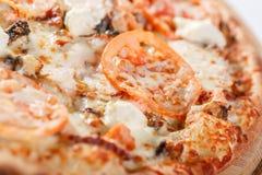 Ιταλική έννοια κουζινών και μαγειρέματος Καυτός νόστιμος που τεμαχίζεται με το σολομό, χέλι, θαλασσινά, ντομάτα Φάτε την έννοια π στοκ φωτογραφία με δικαίωμα ελεύθερης χρήσης