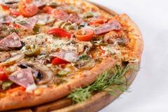 Ιταλική έννοια κουζινών και μαγειρέματος Καυτός νόστιμος που τεμαχίζεται με το ζαμπόν, λουκάνικο, jalapenos, μανιτάρια, ντομάτα Φ στοκ φωτογραφίες