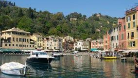 Ιταλική βάρκα κρουαζιέρας riviera της Γένοβας Ιταλία Portofino που φθάνει στην πλούσια του χωριού μαρίνα Portofino φιλμ μικρού μήκους