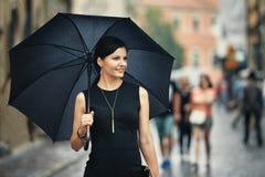Ιταλική γυναίκα ύφους με την ομπρέλα Στοκ Φωτογραφία