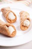 Ιταλική ζύμη cannoli που γεμίζουν με την κρέμα Στοκ Εικόνες