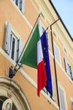 Ιταλική και ευρωπαϊκή σημαία στην πρόσοψη του κτηρίου Στοκ Εικόνες