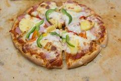 Ιταλική πίτσα ζαμπόν με τη μοτσαρέλα, τυρί Στοκ Εικόνες
