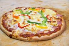 Ιταλική πίτσα ζαμπόν με τη μοτσαρέλα, τυρί Στοκ εικόνες με δικαίωμα ελεύθερης χρήσης