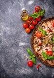 Ιταλική πίτσα στη μαύρη ζύμη Καθιερώνοντα τη μόδα τρόφιμα Στοκ Φωτογραφία