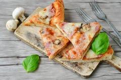 Ιταλική πίτσα Capricciosa φετών Στοκ φωτογραφία με δικαίωμα ελεύθερης χρήσης