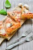 Ιταλική πίτσα Capricciosa φετών Στοκ Φωτογραφίες