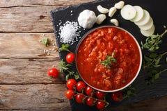 Ιταλική σάλτσα pizzaiola με τις ντομάτες, oregano, τα κρεμμύδια και το garli Στοκ φωτογραφία με δικαίωμα ελεύθερης χρήσης