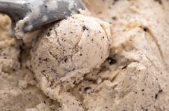 Ιταλική σέσουλα παγωτού stracciatella ειδικότητας με τις νιφάδες της σκοτεινής σοκολάτας σε ένα κρεμώδες παγωτό βανίλιας που αντι στοκ φωτογραφία με δικαίωμα ελεύθερης χρήσης