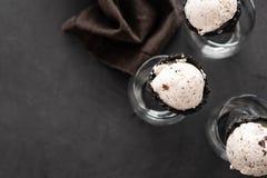 Ιταλική σέσουλα παγωτού stracciatella ειδικότητας με τις νιφάδες της σκοτεινής σοκολάτας σε ένα κρεμώδες παγωτό βανίλιας Τοπ όψη στοκ φωτογραφία