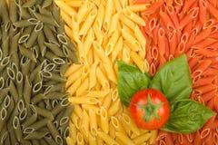 Ιταλική σημαία ζυμαρικών με την ντομάτα και το βασιλικό Στοκ Εικόνες