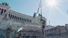 Ιταλική σημαία που κυματίζει ενάντια στο ιππικό άγαλμα που αντιπροσωπεύει τον ιταλικό βασιλιά Vittorio Emanuele ΙΙ Βωμός απόθεμα βίντεο