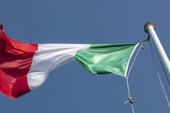 Ιταλική σημαία σε ένα θυελλώδες χτύπημα ημέρας ελεύθερη απεικόνιση δικαιώματος