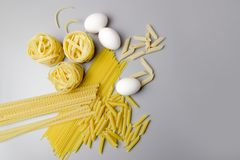 Ιταλική φωλιά ζυμαρικών tagliatelle που απομονώνεται στο άσπρο υπόβαθρο στοκ εικόνες