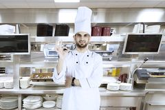 Ιταλικός αρχιμάγειρας που παρουσιάζει ΕΝΤΑΞΕΙ σημάδι στην κουζίνα στοκ φωτογραφία με δικαίωμα ελεύθερης χρήσης