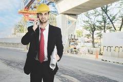 Ιταλικός αρχιτέκτονας με το smartphone σε υπαίθριο Στοκ φωτογραφίες με δικαίωμα ελεύθερης χρήσης