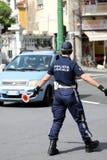 Ιταλικός αστυνομικός στην ομοιόμορφη οδική κυκλοφορία ελέγχου Cit Στοκ εικόνες με δικαίωμα ελεύθερης χρήσης