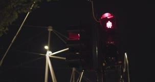 Ιταλικός για τους πεζούς φωτεινός σηματοδότης που περνά από κόκκινο σε πράσινο Αστικό περιβάλλον, νύχτα 4k σε αργή κίνηση 60p βίν απόθεμα βίντεο