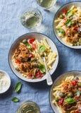 Ιταλικός πίνακας τροφίμων Ζυμαρικά με το αργό κοτόπουλο κουζινών με τις ελιές και τα γλυκά πιπέρια, άσπρο κρασί Ένα ξηρό πρόγευμα Στοκ φωτογραφία με δικαίωμα ελεύθερης χρήσης