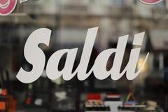 Ιταλικό έμβλημα πώλησης αγορών μέχρι πενήντα τοις εκατό μακριά, ειδική προσφορά, saldi στοκ φωτογραφίες