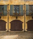Ιταλικό κτήριο δύο ιστορίας με το προαύλιο Στοκ Εικόνα