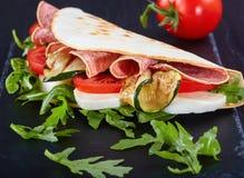 Ιταλικό περικαλύμματα σάντουιτς ή piadina, κινηματογράφηση σε πρώτο πλάνο Στοκ φωτογραφία με δικαίωμα ελεύθερης χρήσης
