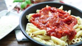 Ιταλικό πιάτο ζυμαρικών με την ντομάτα απόθεμα βίντεο