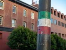 Ιταλικό σχέδιο σημαιών σε έναν πόλο φωτισμού στην οδό στοκ εικόνα
