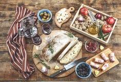 Ιταλικό antipasti με το κρασί και τα εύγευστα πρόχειρα φαγητά Ελιές, παρμεζάνα, ελληνικά καρύδια και φρούτα Στοκ φωτογραφία με δικαίωμα ελεύθερης χρήσης