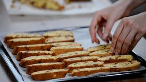 Ιταλικό biscotti αμυγδάλων των βακκίνιων σε έναν δίσκο ψησίματος απόθεμα βίντεο