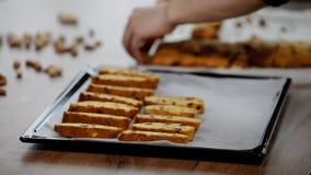 Ιταλικό biscotti αμυγδάλων των βακκίνιων σε έναν δίσκο ψησίματος φιλμ μικρού μήκους