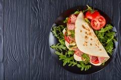 Ιταλικό piadina με τη μοτσαρέλα, ντομάτα, σαλάμι Στοκ εικόνα με δικαίωμα ελεύθερης χρήσης