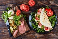 Ιταλικό piadina με τη μοτσαρέλα, ντομάτα, σαλάμι Στοκ φωτογραφίες με δικαίωμα ελεύθερης χρήσης