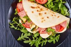 Ιταλικό piadina με τη μοτσαρέλα, ντομάτα, σαλάμι Στοκ φωτογραφία με δικαίωμα ελεύθερης χρήσης