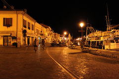 Ιταλία Αιμιλία-Ρωμανία Cesenatico Οδός της πόλης στο υπόβαθρο νυχτερινού ουρανού καλλιτεχνικά λεπτομερή οριζόντια μεταλλικά Παρίσ Στοκ Φωτογραφία