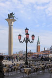 Ιταλία Βενετία Ρόδινος λαμπτήρας οδών Γυαλί και ο Άγιος Marco Murano coloumn με το λιοντάρι Στοκ φωτογραφίες με δικαίωμα ελεύθερης χρήσης